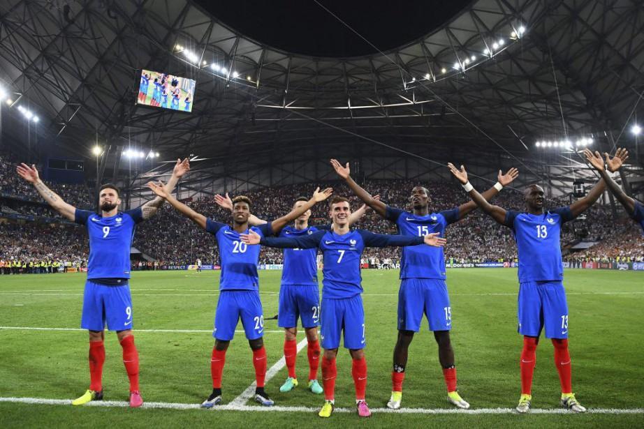 Les Français ont imité le fameux cri islandais... (PHOTO FRANCK FIFE, AFP)