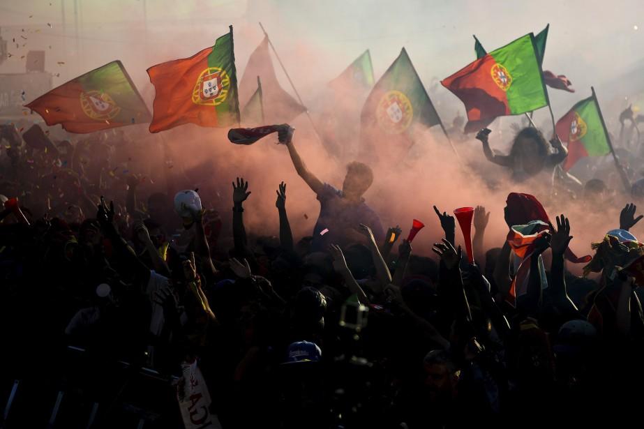 Les partisans de l'équipe du Portugal encouragent leur équipe au carré Terreiro do Paco, à Lisbonne. (AFP)