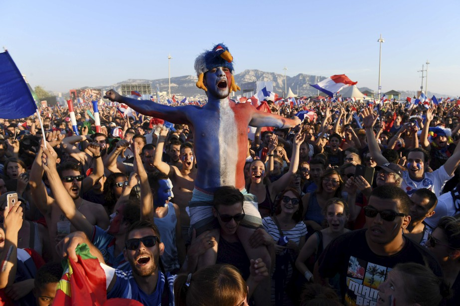 Les partisans de l'équipe de France encouragent leur équipe à Marseille. (AFP)