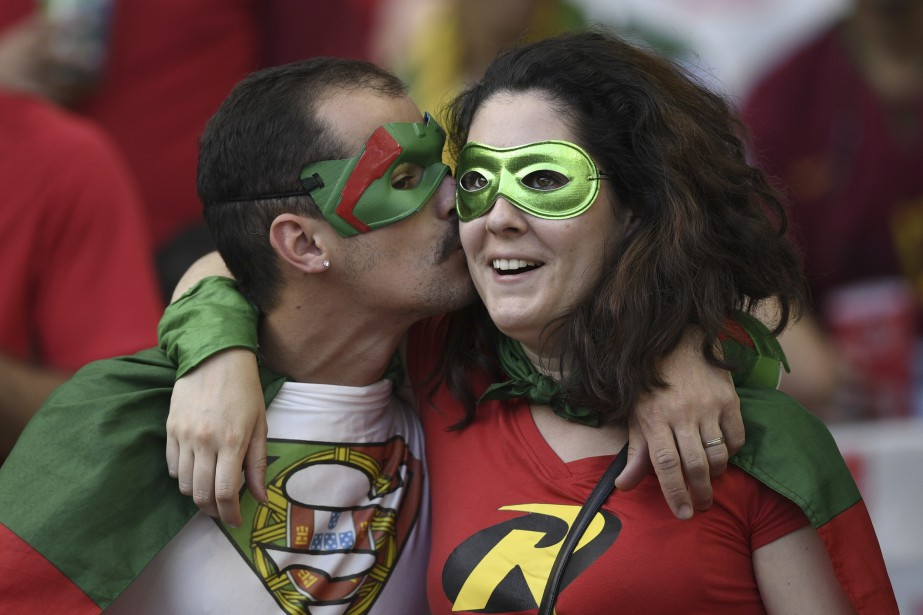 Des partisans de l'équipe portugaise se sont déguisés pour encourager leur équipe au Stade de France. (AFP)
