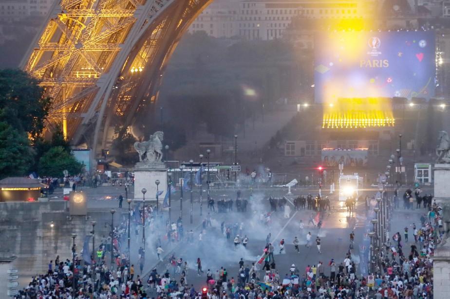 La tour Eiffel est fermée au public lundi, «suite aux incidents»... (Photo AP)