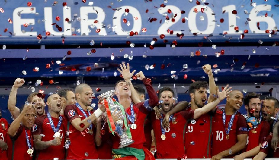 Cristiano Ronaldo et Pepe soulèvent le trophée de l'Euro 2016. (AP)