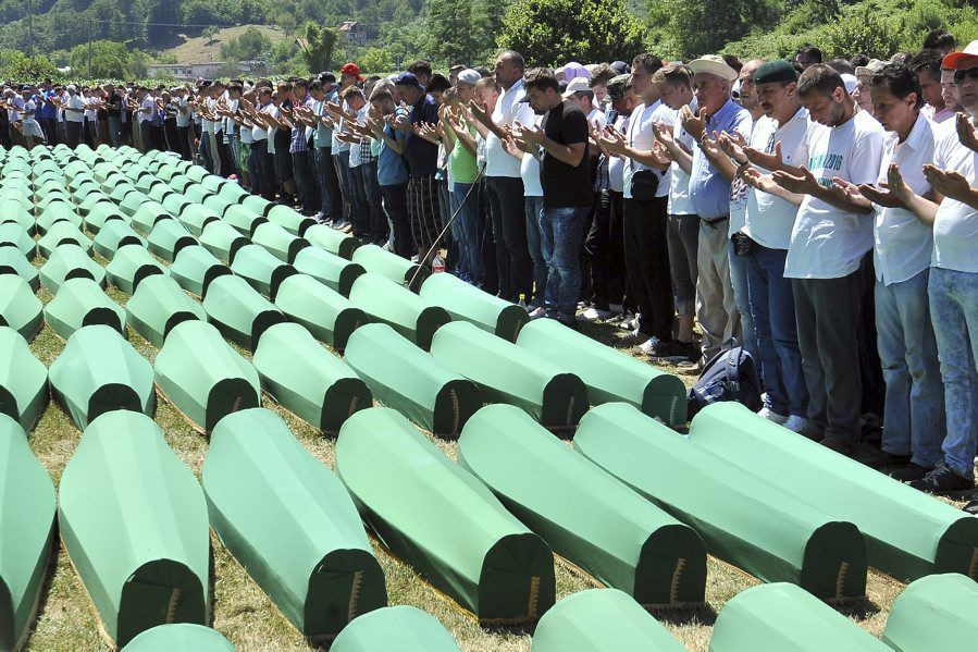Les restes de 127victimes ont été inhumés à... (PHOTO ELVIS BARUKCIC, AFP)