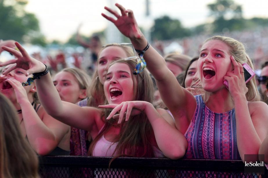 Des spectatrices bien heureuses pendant la prestation d'Alessia Cara, sur les Plaines (Le Soleil, Yan Doublet)