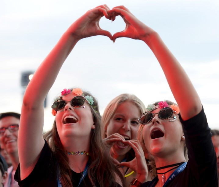 Des spectatrices s'amusent pendant la prestation d'Alessia Cara, sur les Plaines. (Le Soleil, Yan Doublet)