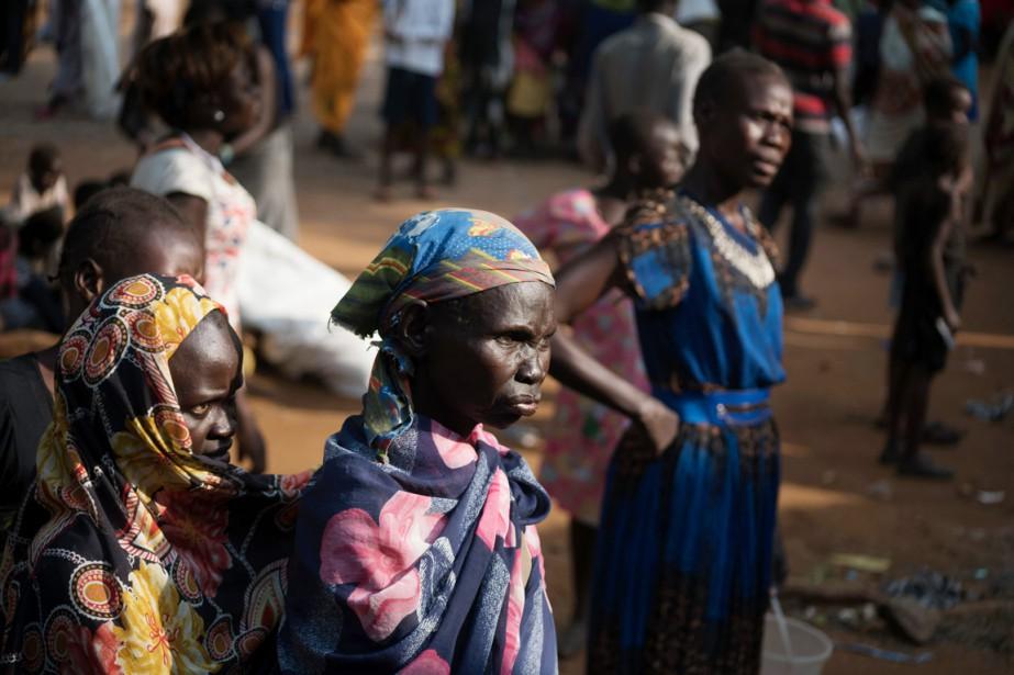 De nombreuses familles ont trouvé refuge dans l'enceinte... (photo Charles Atiki Lomodong, afp)