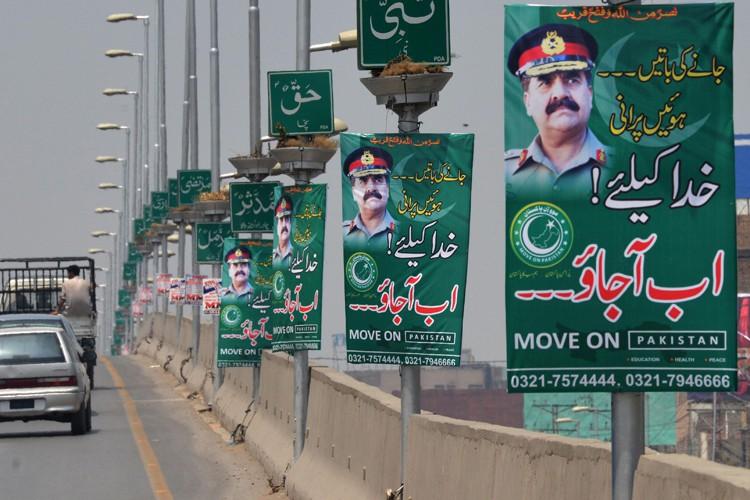 Ornés d'une photo du très populaire général Raheel... (PHOTO AFP)