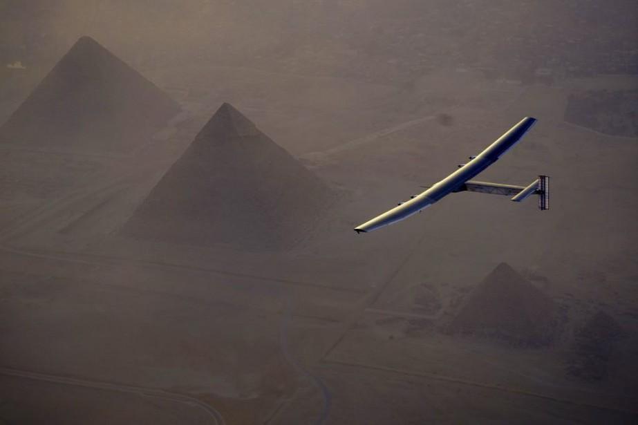 Après avoir survolé les très célèbres pyramides de... (PHOTO JEAN REVILLARD, REZO VIA AP)