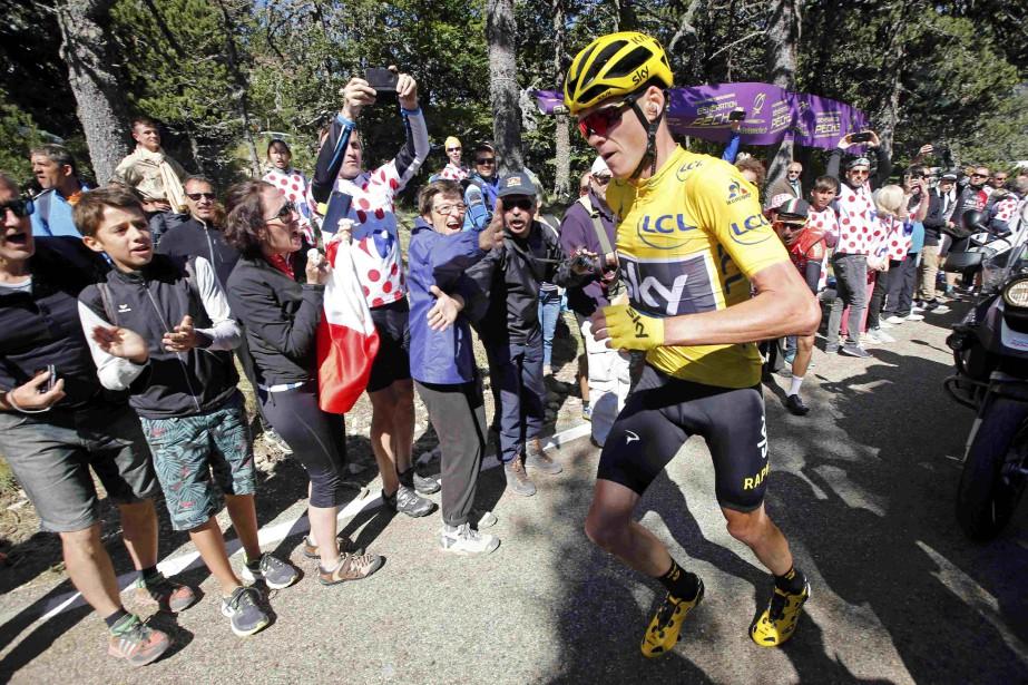 Chris Froomea dû parcourir une centaine de mètres... (Photo Jean-Paul Pelissier, Reuters)