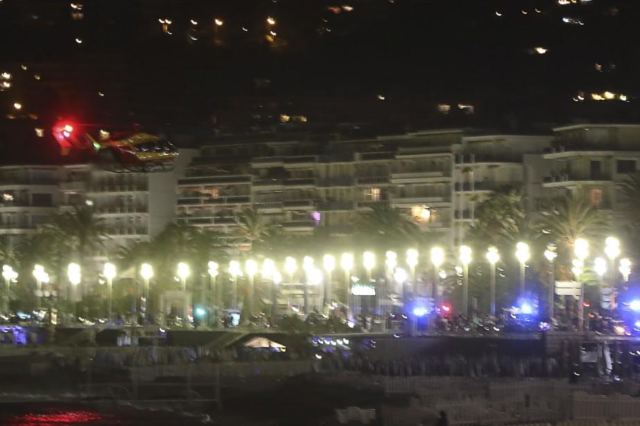 Un hélicoptère survole les lieux de l'attaque, qui s'est produite sur la Promenade des Anglais, haut lieu touristique à Nice. Plusieurs personnes ont trouvé refuge sur la plage. (AFP, Valery Hache)