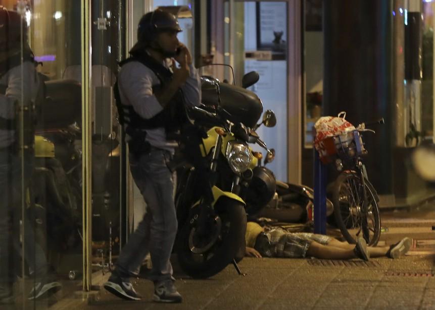 Une victime est étendue par terre. (AFP, Valery Hache)