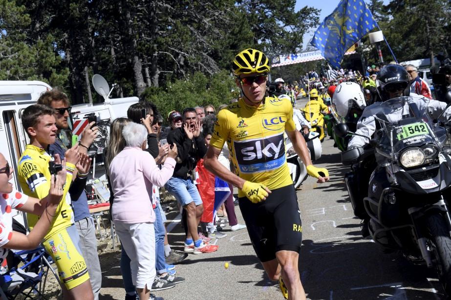 Chris Froome, vainqueur sortant du Tour, a été forcé de courir une centaine de mètres sur la route, jeudi, lors de la 12e étape. (AP, Stephane Mantey)