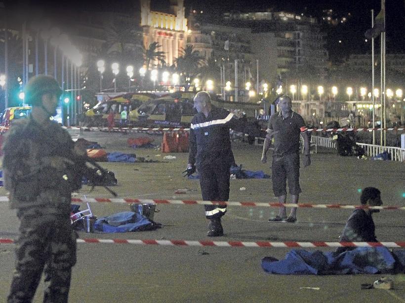 Les corps des victimes ont été recouverts de bâches. (Photo AFP, Valery Hache)