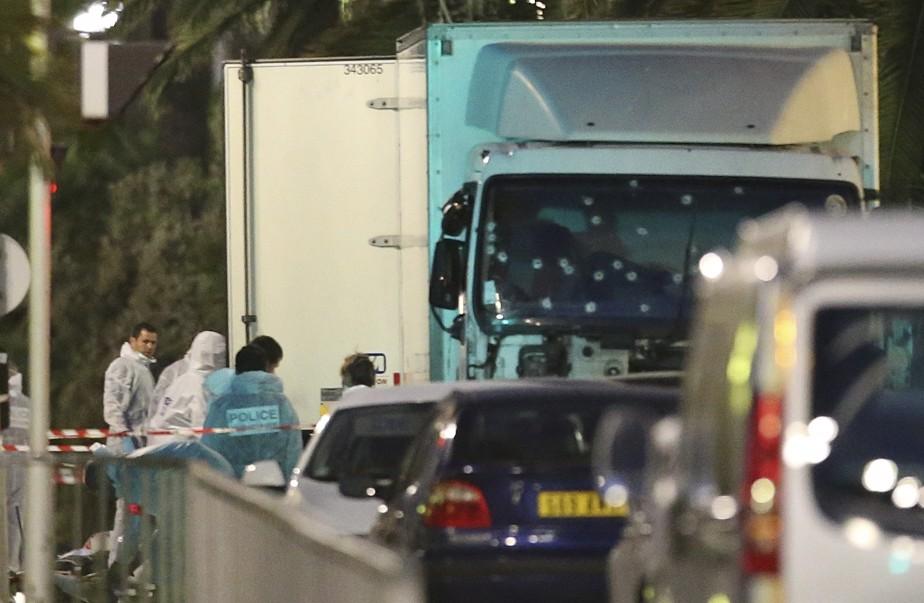 Au petit matin à Nice, les experts s'affairaient autour du camion. (Photo AP, LUCA BRUNO)