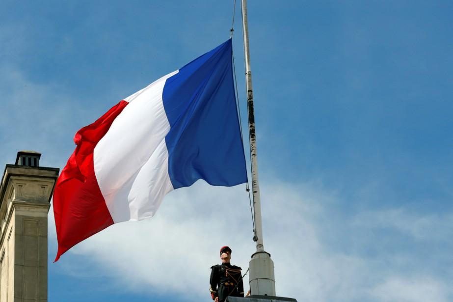 Le drapeau français a été mis en berne... (PHOTO PHILIPPE WOJAZER, REUTERS)