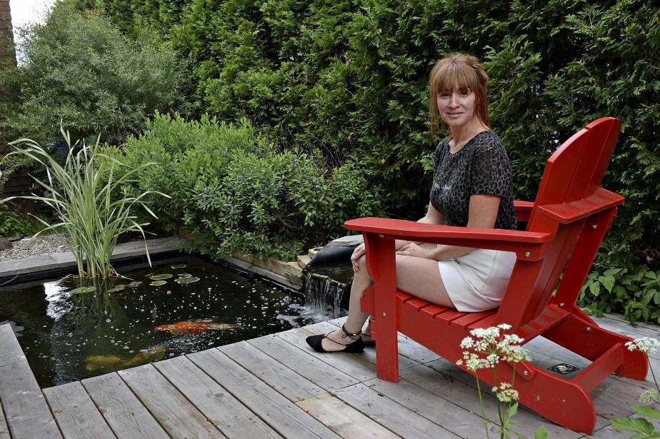 Nathalie Lorrain près du jardin d'eau aménagé dans la cour. (Le Soleil, Patrice Laroche)