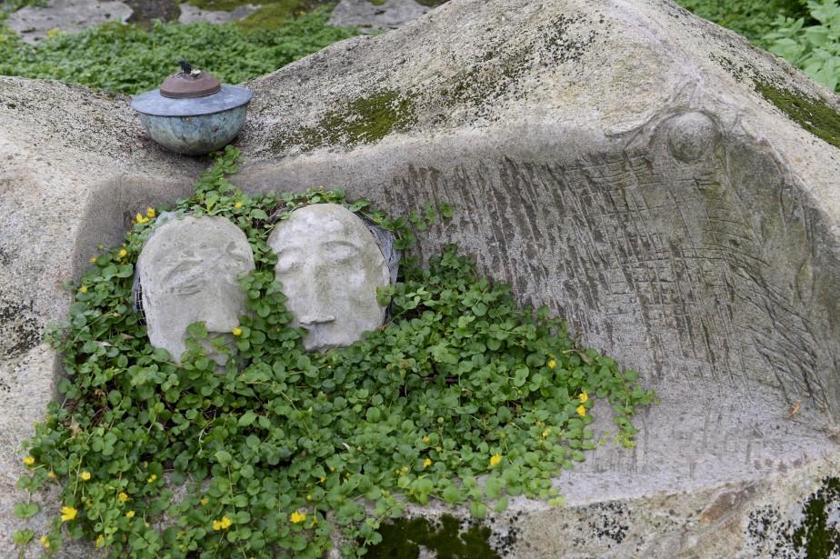 Ces visages représentent les parents de Jack, Jean-Louis et Josey. Ils ont été déposés sur cette roche sculptée en forme de banc. (Le Soleil, Jean-Marie Villeneuve)