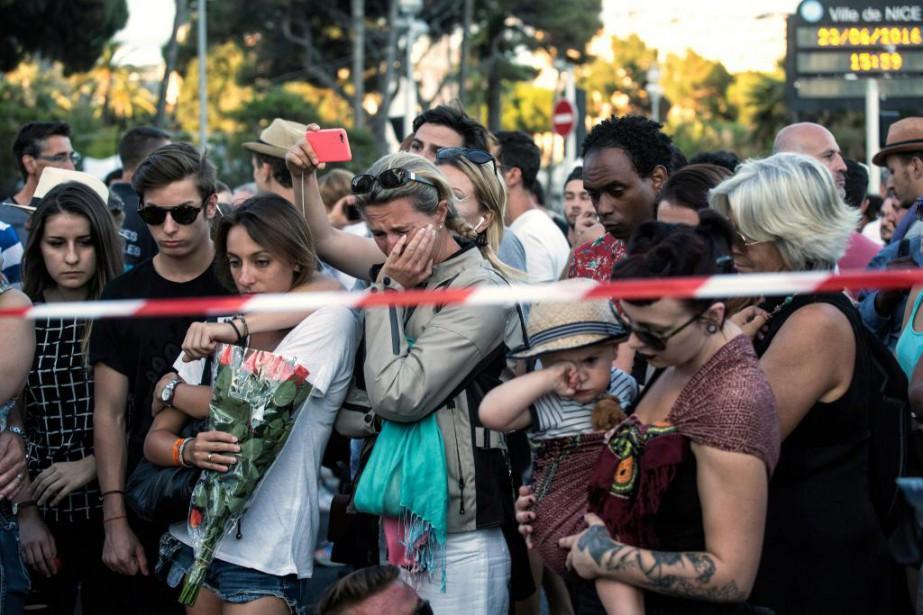 Un rassemblement spontané s'est tenu hier à Nice,... (Photo Laurent Cipriani, Associated Press)