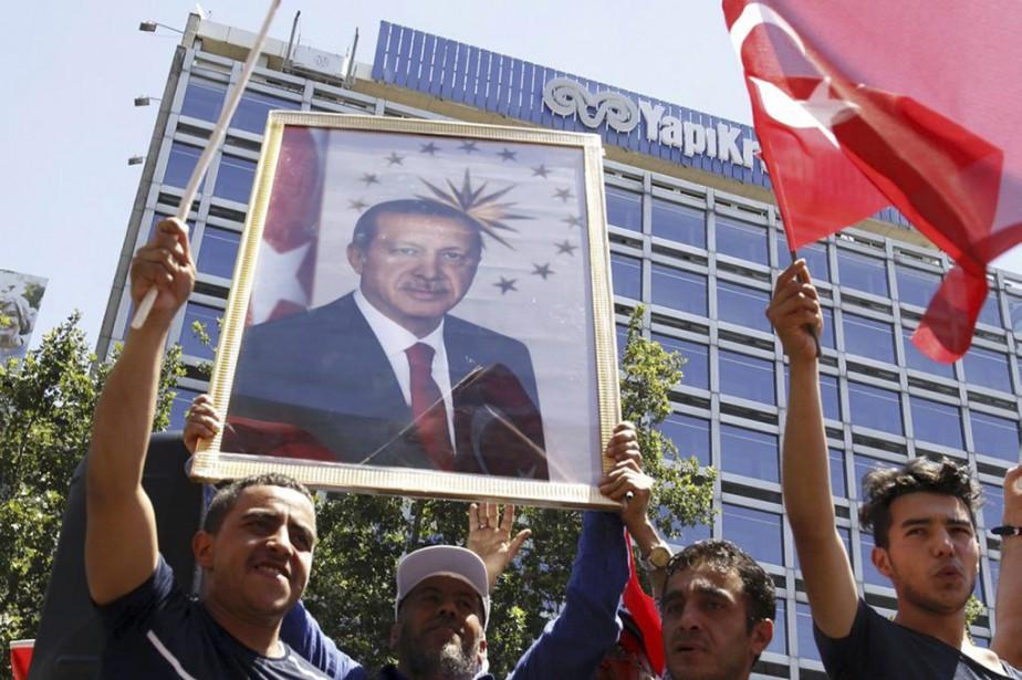 Des partisans du président Recep Tayyip Erdogan défilent... (PHOTO TUMAY BERKIN, REUTERS)