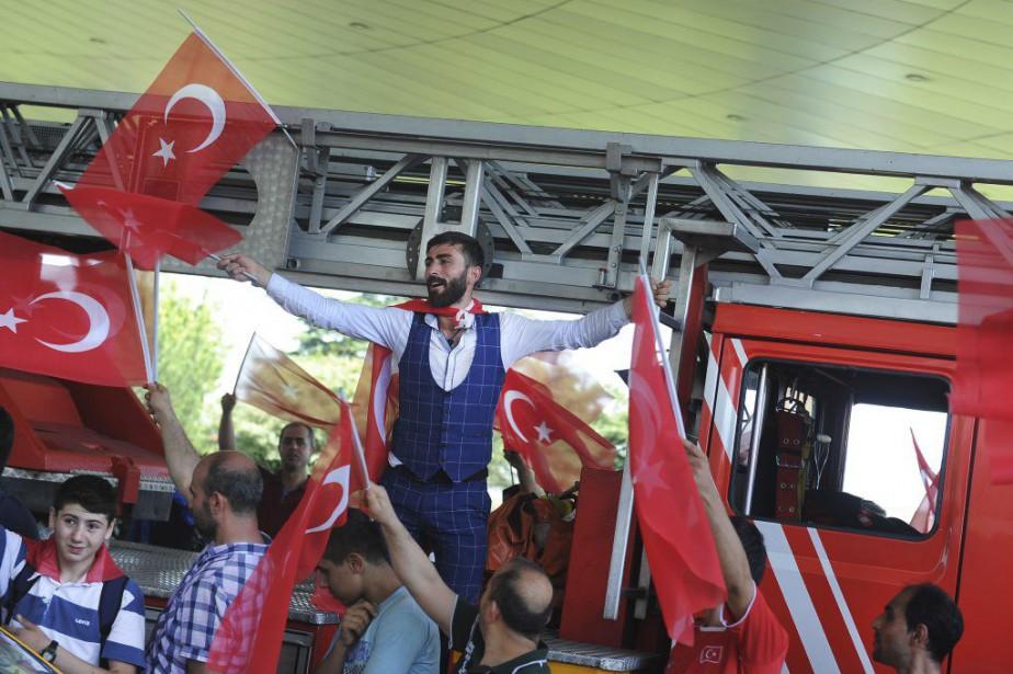 Des Turcs célèbrent l'échec du putsch contre le... (AP, Omer Kuscu)