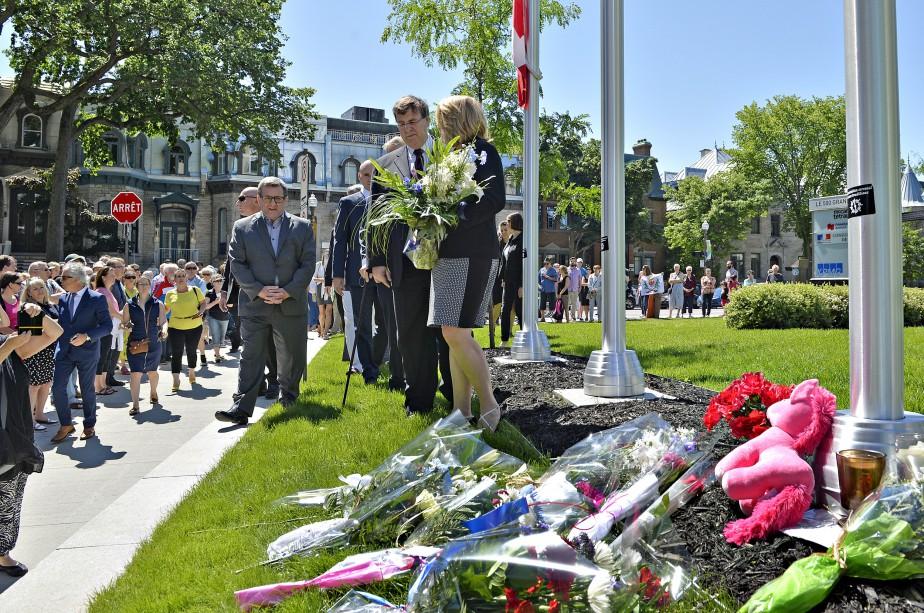 Politiciens et citoyens ont déposé des fleurs au pied du drapeau français, mis en berne depuis l'attentat (Le Soleil, Pascal Ratthé)