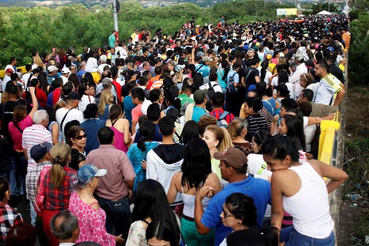 De nombreux Vénézuélienstraversent le pont piétonnier Simon Bolivar... (REUTERS)
