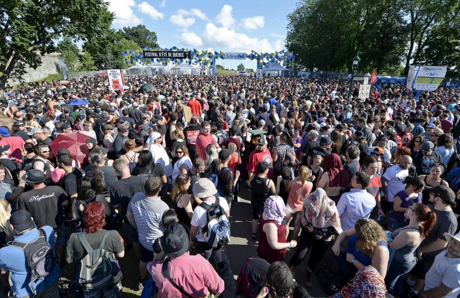 Des milliers de partisans de Rammstein ont patienté dimanche après-midi à l'entrée des plaines d'Abraham. (Le Soleil, Yan Doublet)