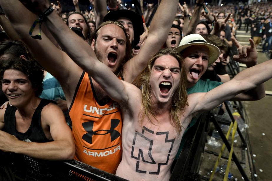 Des milliers de partisans de Rammstein ont patienté dimanche après-midi à l'entrée des plaines d'Abraham pour être aux premières loges le soir venu. (Le Soleil, Yan Doublet)