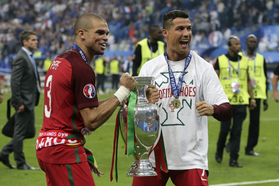 Cristiano Ronaldo (à droite) et le défenseur Pepe... (photo Petr David Josek, archives AP)
