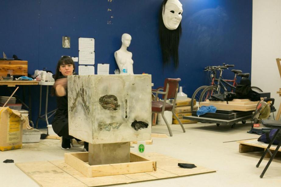 L'artiste Caroline Monnet travaillant sur l'une de ses... (Photo Martin Tremblay, La Presse)