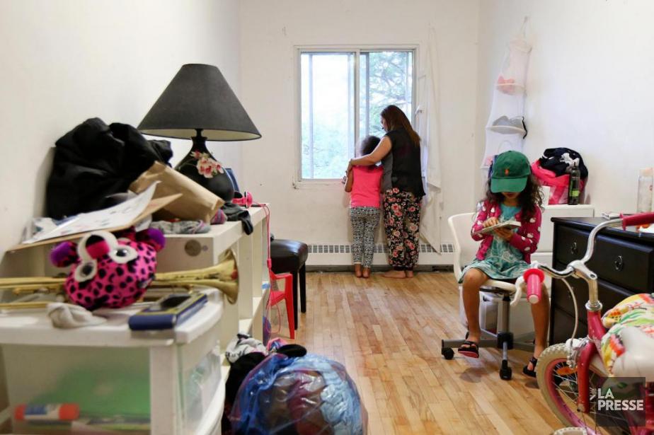 Aisha Fartas et ses trois filles vivent dans... (PHOTO ROBERT SKINNER, LA PRESSE)
