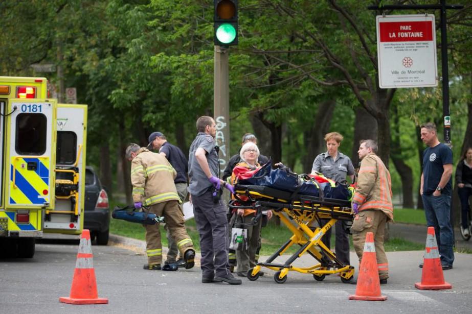 Des ambulanciers portent secours à la victime d'un... (Photo Ivanoh Demers, Archives La Presse)