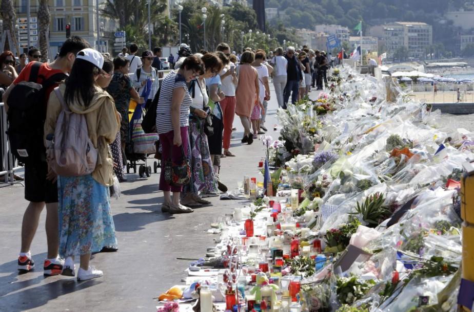 Des centaines de bouquets de fleurs ont été... (Photo Claude Paris, Associated Press)