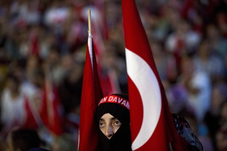 Une manifestante pro-Erdogan participe à un rallye sur... (AP)