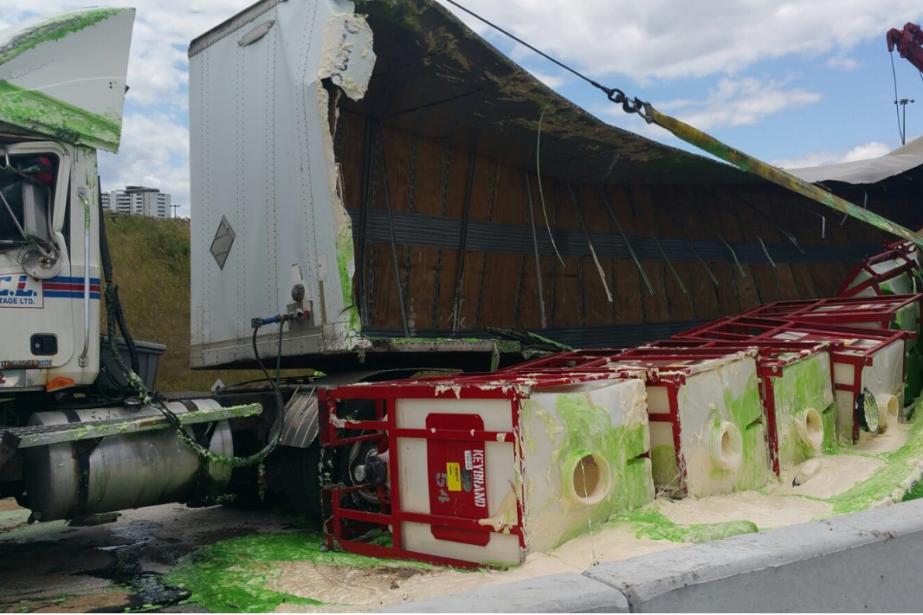 L'accident ayant impliqué ce seul véhicule a déversé... (Photo Twitter)