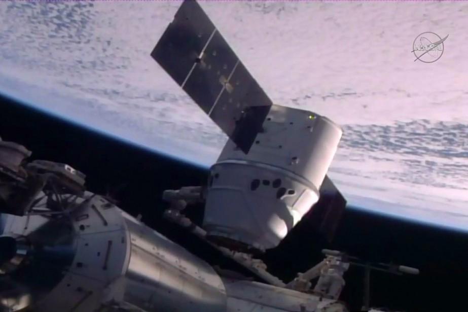 Le vaisseau spatial non habitéDragon a été saisi... (PHOTO NASA TV VIA AFP)