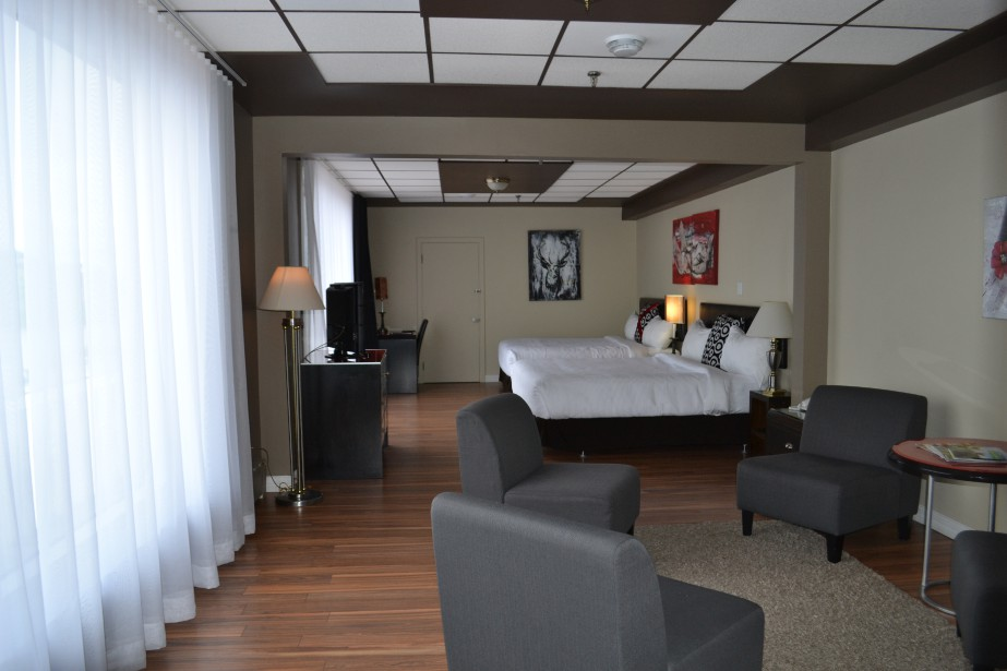 L'Hôtel Chicoutimi est l'endroit par excellence pour séjourner en plein coeur du centre-ville et profiter d'une vue remarquable sur la rivière Saguenay. Cette hôtel-boutique quatre étoiles regorge d'oeuvres régionales. Qui plus est, l'Hôtel Chicoutimi vient d'effectuer un investissement majeur pour rénover sa bâtisse. (Claudie Laroche)