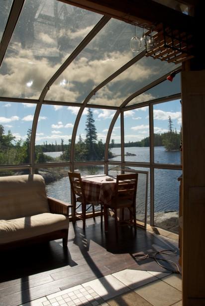 Hébergement alternatif unique, l'Îloft possède un dôme transparent qui permet de vivre en contact avec la nature, d'apprécier le coucher de soleil et donne l'impression de dormir à la belle étoile. D'une plateforme située dans une baie du lac Saint-Jean, l'Îloft est équipé de toutes les commodités nécessaires pour un agréable séjour. Le soir venu vous pourrez partir en kayak pour le coucher de soleil et revenir pour souper dans votre Îloft. (Crédit photo: Équinox Aventure)