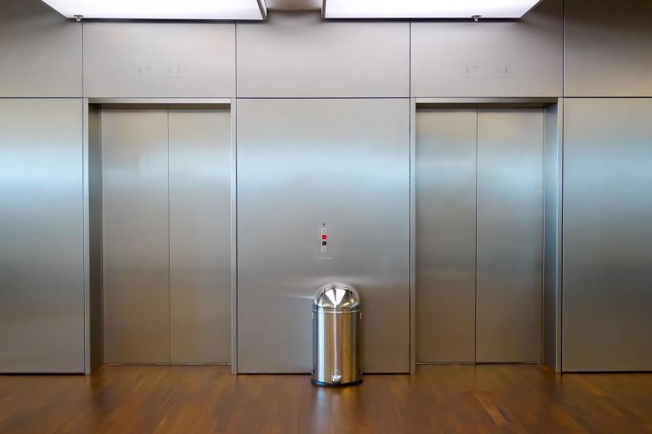 En sortant de l'ascenseur, la dame âgée a... (123RF/Mario Savoia)