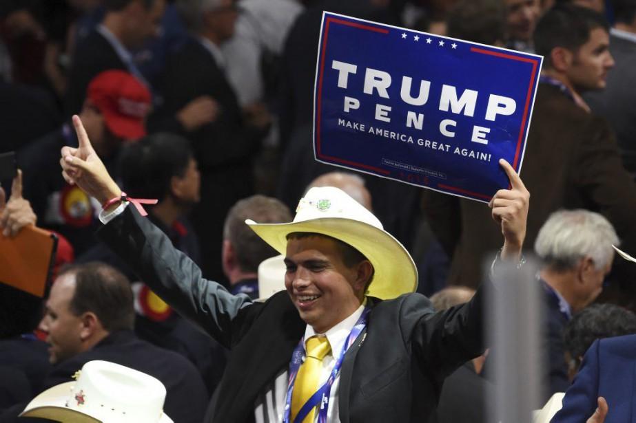 Un délégué à la convention républicaine de Clevelandmontre... (PHOTO ROBYN BECK, AFP)