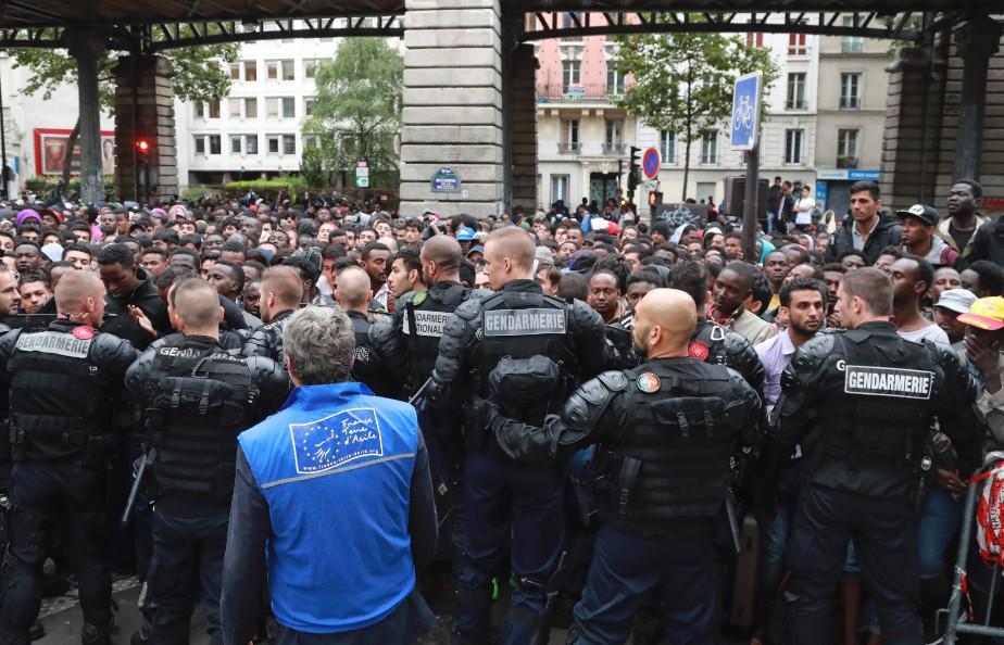 Les personnes évacuées vendredi, majoritairement des hommes originaires... (PHOTO JACQUES DEMARTHON, AFP)