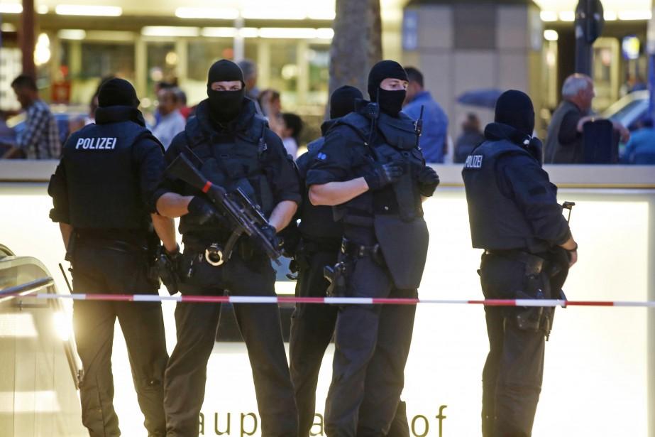 Des policiers des forces spéciales mènent la garde... (PHOTO Michael Dalder, REUTERS)