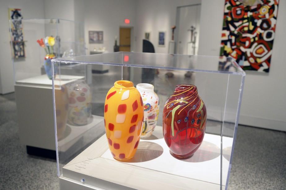 Parfois, l'artiste s'inspire d'un vase soufflé pour composer un tableau abstrait. (Photo Le Progrès-Dimanche, Jeannot Lévesque)