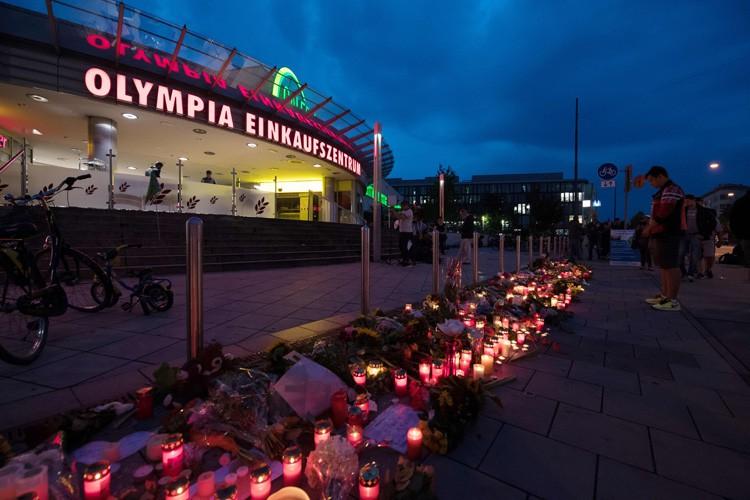 Des fleurs et des chandelles ont été déposées... (PHOTO AFP)