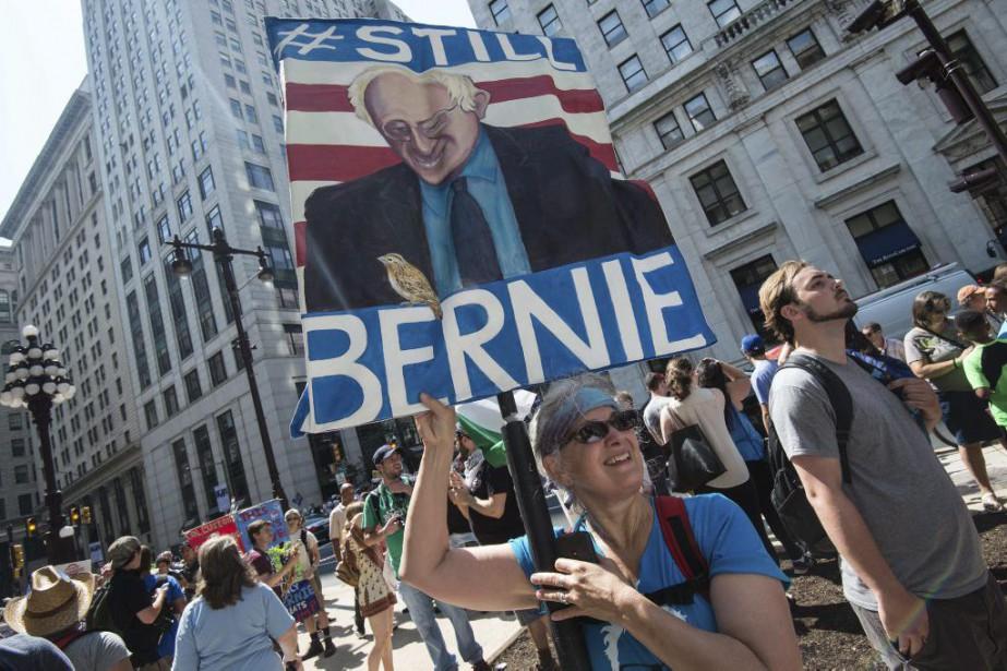 Des partisans de Bernie Sanders manifestent à Philadelphie.... (Photo Nicholas Kamm, Agence France-Presse)