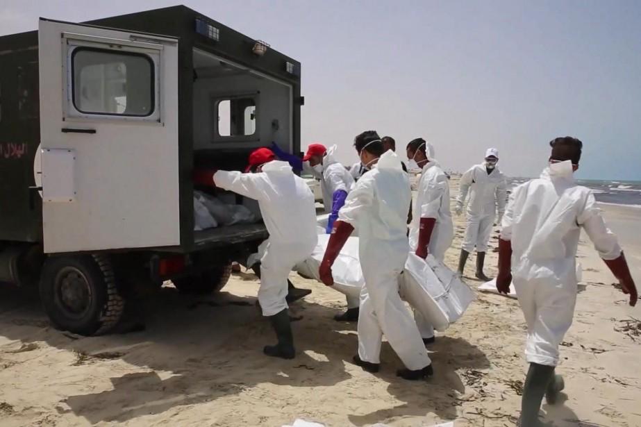 Les corps de 87 migrants morts noyés en tentant de rejoindre... (archives AP)