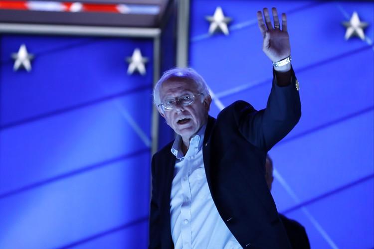 Bernie Sanders salue la foule à Philadelphie.... (AP)