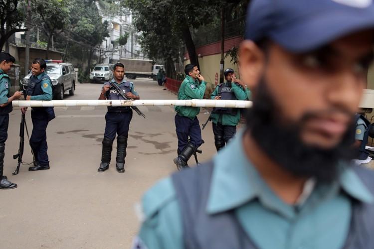 Les policiers ont échangé par intermittence des tirs... (ARCHIVES AP)