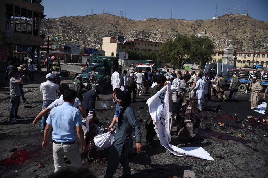 23 juillet 2016:Afghanistan - Deux kamikazes déclenchent leurs ceintures explosives lors d'une manifestation à Kaboul. L'attaque, qui a fait plusde 80 morts et plus de 200 blessés, a été revendiquée par le groupe État islamique. (PHOTO  WAKIL KOHSAR, AFP)