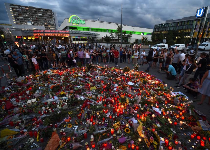 22 juillet 2016: Allemagne - Un adolescent germano-iranien de 18 ans ouvre le feu dans un centre commercial de Munich, en Bavière, tuant au moins neuf personnes avant de se donner la mort. Si cette attaque n'a pas de lien avec le terrorisme islamique, son auteur semblait en revanche obsédé par les tueries de masse. Il est passé à l'acte cinq ans jour pour jour après le massacre de 77 personnes en Norvège par Anders Behring Breivik. (PHOTO CHRISTOF STACHE, AFP)